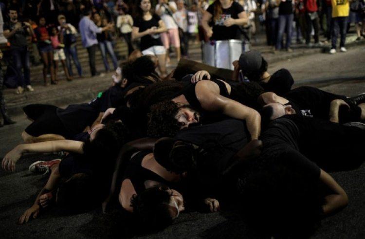 Los manifestantes durante la protesta en Río. (REUTERS/Ricardo Moraes)