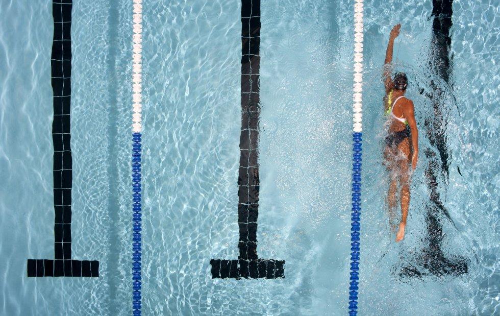 """""""El entrenamiento perfecto"""", escriben los autores del boletín de salud de Harvard Healthbeat. Además de trabajar casi todos los músculos del cuerpo, la natación  eleva la frecuencia cardíaca y puede mejorar la salud del corazón y  proteger el cerebro  del deterioro relacionado con la edad . Nadar regularmente entre 30 y 45 minutos es un ejercicio aeróbico que  ayuda a combatir la depresión , elevar el estado de ánimo y reducir el estrés, entre otros beneficios.  """"Nadar es bueno para las personas con artritis"""", dice Lee en el boletín. Aunque lo ve bastante completo, Ángel Merchán, director de la empresa de entrenamiento personal Homewellness, no considera """"que exista el entrenamiento perfecto tomando solo una disciplina, hay que abordarlo desde diferentes prácticas. Los impactos y las cargas son también necesarios por ejemplo para la prevención de la osteoporosis y para el estimulo de los tendones. Debe combinarse con trabajo de fuerza —pesas por ejemplo— e impactos adaptados a cada persona (por ejemplo, correr)""""."""