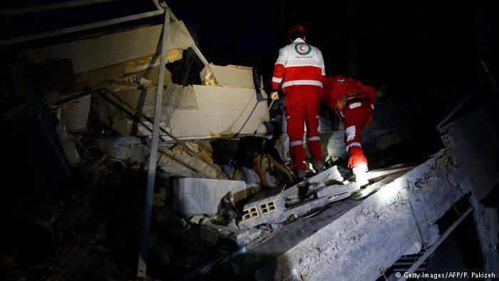Rescatistas tratan de salvar vidas tras terremoto en Irán.