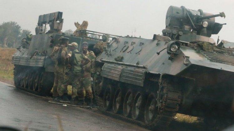 Soldados cerca de un tanque en la capital Harare (Reuters)