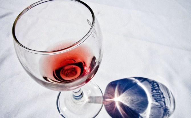 """""""Una copa de vino al día es buena"""" y otros mitos sobre el alcohol"""