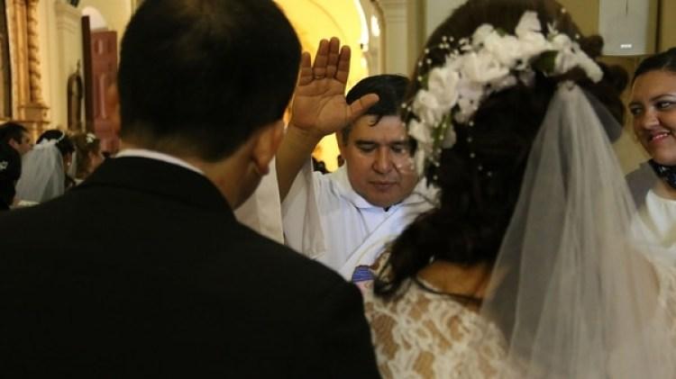 El momento en que uno de los párrocos casa a una pareja (EFE)