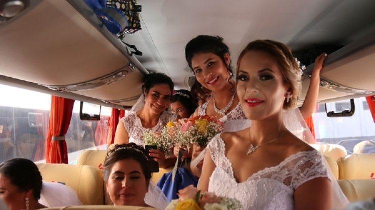 Las novias llegaron en micros (EFE)