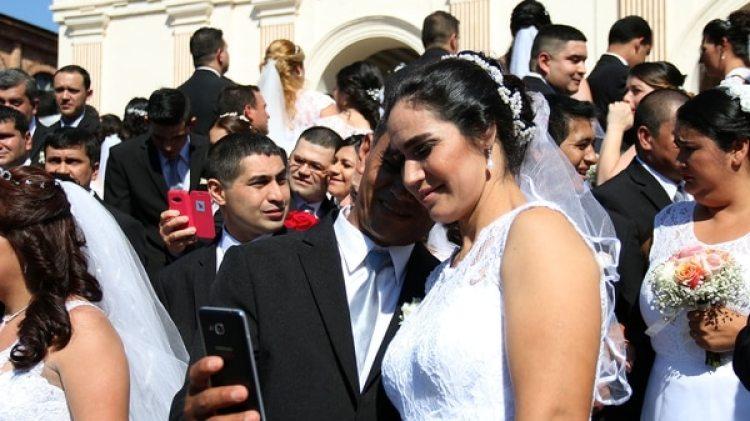 Una pareja se toma una selfie (EFE)
