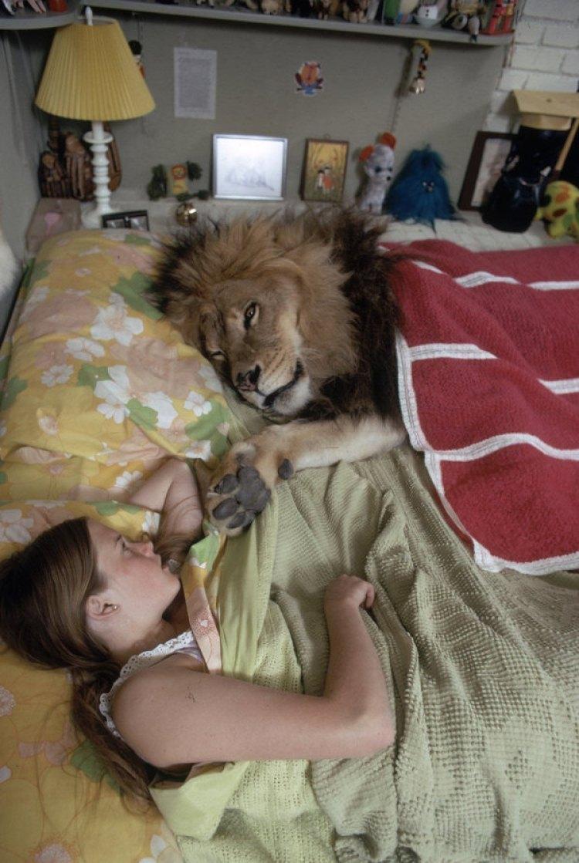Melanie en la cama con Neil.