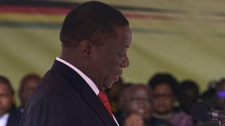 Emmerson Mnangagwa habla ante la multitud que asistió a su jura como presidente (AFP)