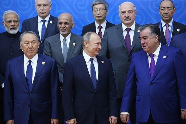 Nursultan Nazarbayev, Vladimir Putin y Emomali Rahmon (abajo, de izquierda a derecha)