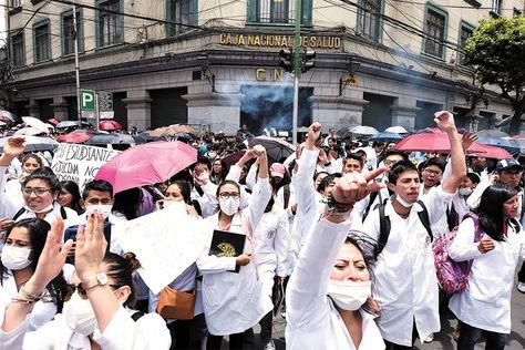 Protesta. Médicos de La Paz se movilizan por el centro, ayer.