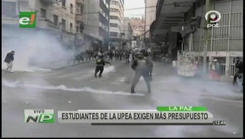 Policías y estudiantes de la UPEA se enfrentan en el centro paceño