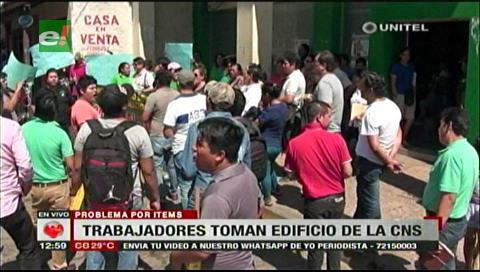 Santa Cruz: Trabajadores toman el edificio de la CNS