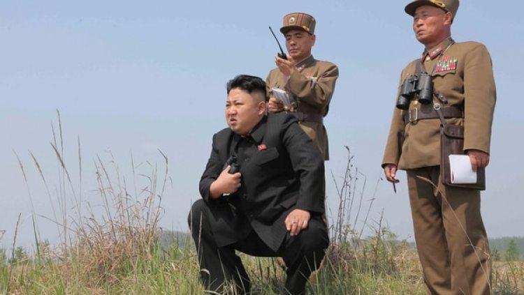 Kim Jong-un supervisa un lanzamiento de misiles (KCNA/Reuters)