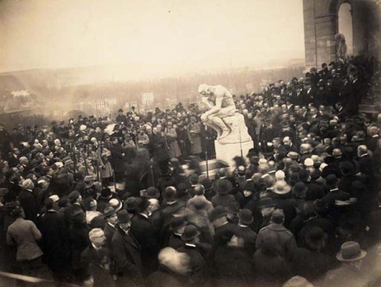 Los funerales de Auguste Rodin. Una multitud rodea su más célebre escultura: El Pensador