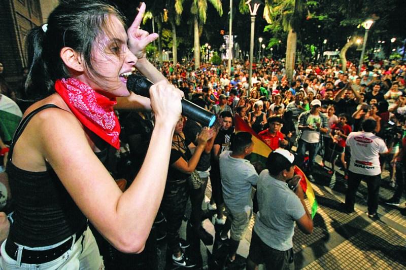 Ciudadanos piden a Evo que reflexione; otros, que renuncie