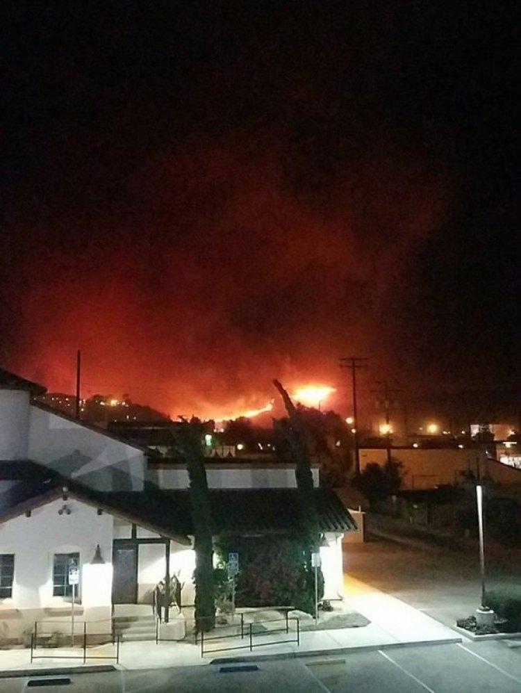 El incendio se originó en las inmediaciones del colegio Thomas Aquinas, en Santa Paula, a unos 115 kilómetros de la localidad de Los Ángeles