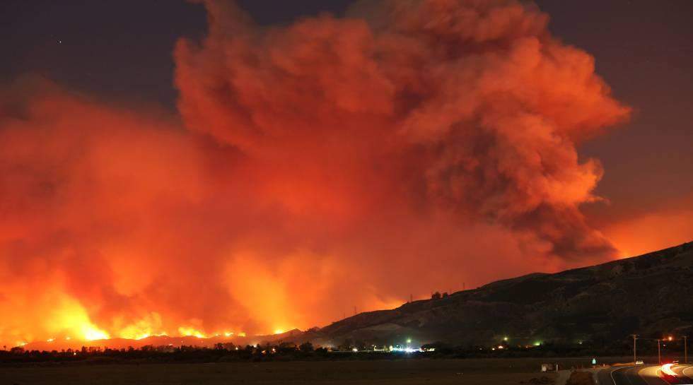 Las llamas del Thomas Fire en la madrugada de este martes.