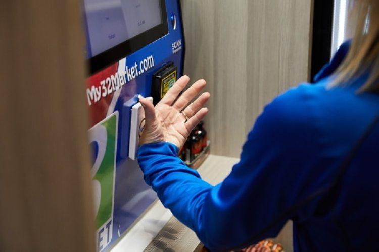 Una empleada de Three Market Square demuestra como el microchip permite comprar un refresco si necesidad de tarjeta ni efectivo (The Washington Post / Tim Gruber)