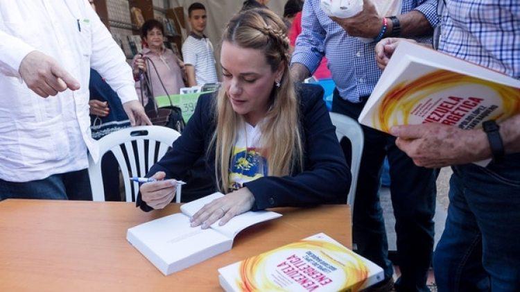 Lilian Tintori firmóejemplares en la presentación (EFE)