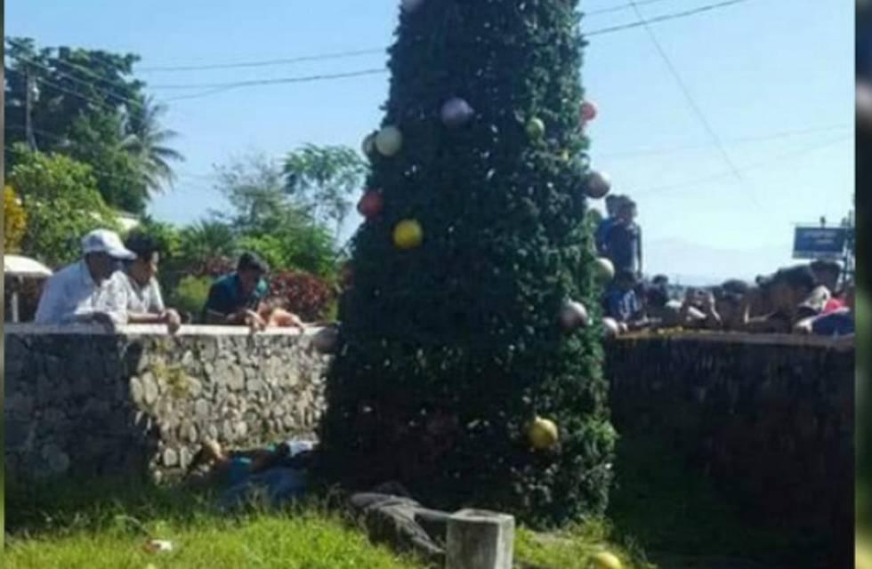 Imagen de los cuerpos electrocutados junto al árbol de Navidad