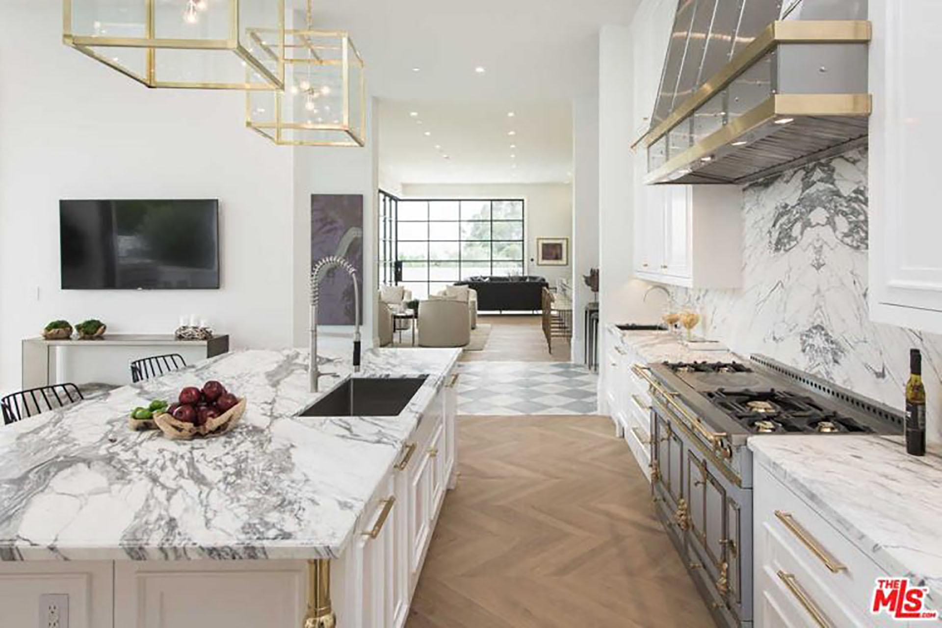 (MLS) La cocina bañada en mármol con detalles de madera de roble española