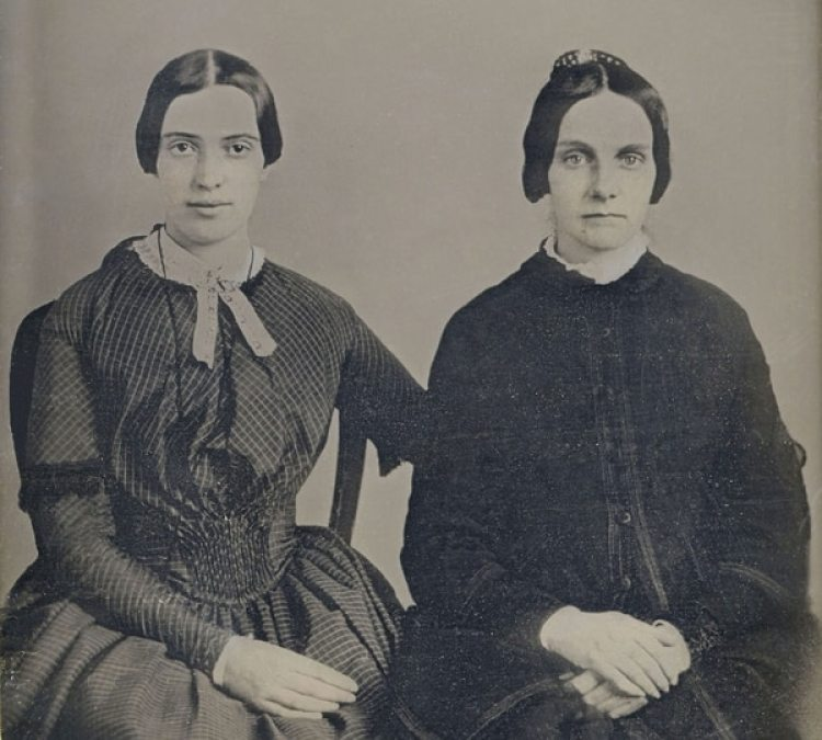 Emily Dickinson y Kate Scott Turner en una foto de 1859