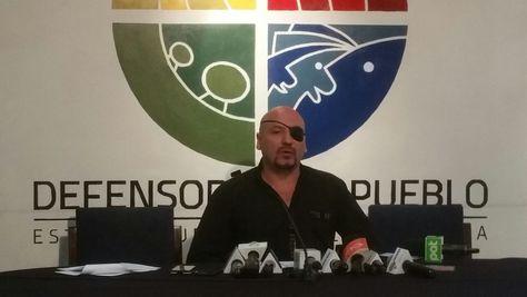 El defensor del Pueblo, David Tezanos Pinto, en la conferencia de prensa de este lunes.