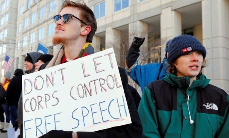 Hubo varias manifestaciones en contra del fin de la neutralidad de la red ( REUTERS/Yuri Gripas)
