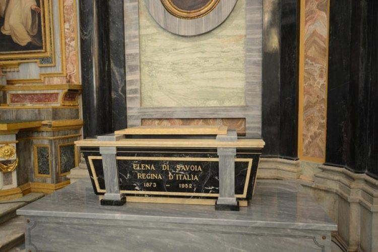 Los restos de la reina Elena diSavoiaen el santuario de Vicoforte, cerca de Cuneo, en el Piamonte. (Rafaele Sasso/ANSA via AP)