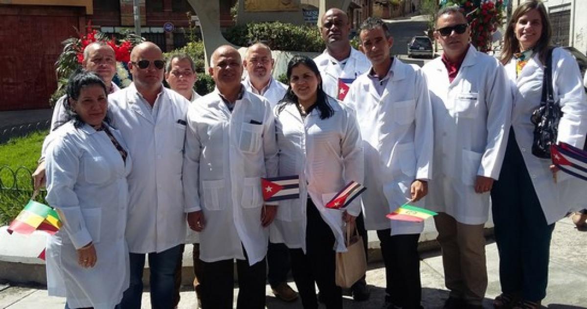 Médicos cubanos llegan a Bolivia en medio de una huelga de galenos del país