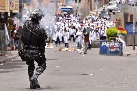 Los médicos se movilizaron ayer en la ciudad de La Paz. Fueron gasificados.Foto: Luis Gandarillas