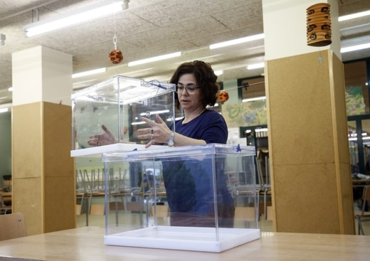 Una mujer prepara las urnas electorales en la escuela Prat de la Mataen L'Hospitalet del Llobregat (AFP)