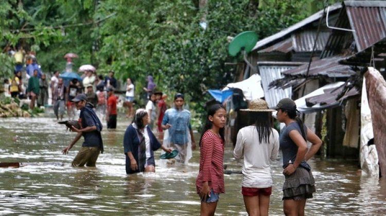 Filipinas está experimentando condiciones meteorológicas extremas y se espera la llegada el viernes de una tormenta tropical. En la foto un pueblo inundado por las lluvias del domingo (AFP)