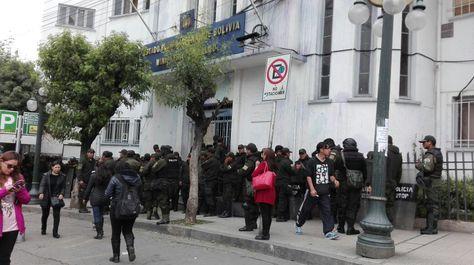 Un grupo de policías resguardan las puertas del Ministerio de Salud.
