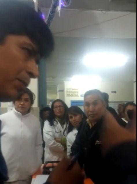 A la izquierda, el jefe Departamental de Trabajo de La Paz Ariel Alanoca en el hospital Boliviano Holándes.