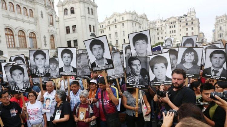 Familiares de víctimas del Grupo Colina durante el gobierno de Fujimori (REUTERS/Mariana Bazo)