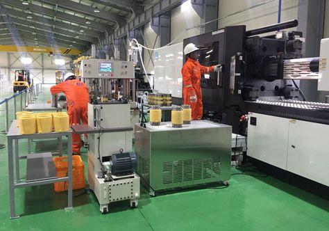 Dos operadores trabajan al interior de la planta ubicada en el parque industrial de Kallutaca. Foto: Jorge Castel