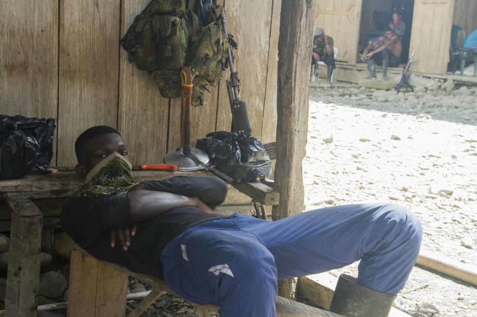 Un miembro de la guerrilla descansa a la sombra. (H. Estepa)