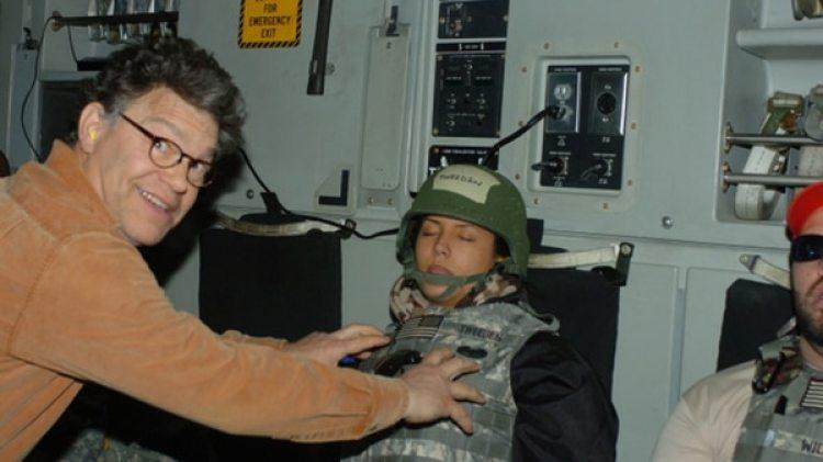 """Una reconocida periodista que viajó con el senador encontró esta foto en el archivo. El político se defendió indicando que se trató de """"una broma"""" mientras ella dormía"""