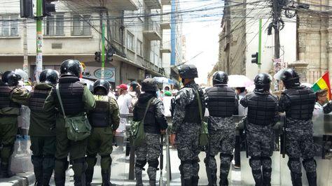 Un grupo de policías vigila un acceso a la plaza Murillo, sede del Palacio de Gobierno.