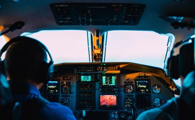 Dos pilotos abandonan la cabina durante un vuelo por una pelea