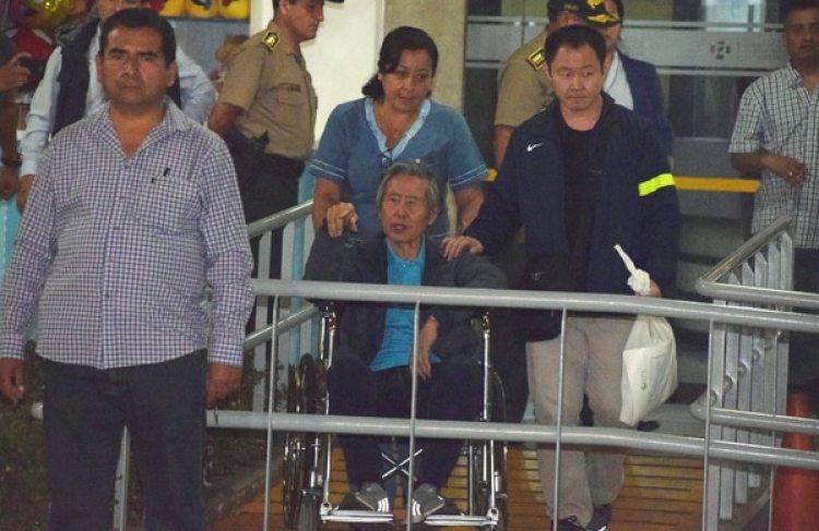 El ex presidente peruano Alberto Fujimoriacompañado por su hijo Kenji Fujimori. (REUTERS/Alexis Pasquel)