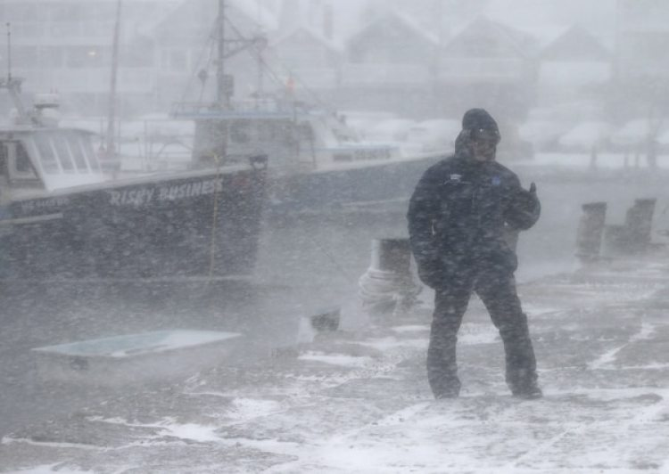 El meteorólogo de The Weather Channel Jim Cantore mientras reporta desde el Sandy Bay Yacht club en Rockport, Massachussets (Mary Schwalm/AP Images para The Weather Channel)