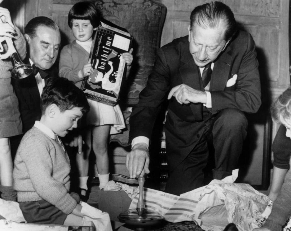 Jean Paul Getty durante un acto benéfico con niños. (Cordon Press)