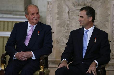 El rey emérito Juan Carlos I junto a su hijo Felipe durante una ceremonia real en 2014. Foto: Archivo EFE