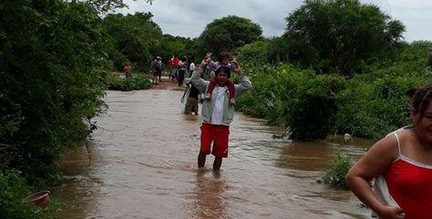 Pobladores de Puerto Pailas afectados por la intensa lluvia.
