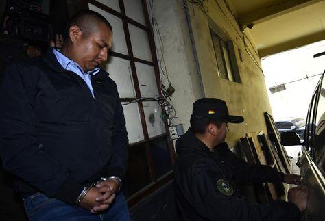 Juan Pari sale de la Fiscalía. Foto:APG
