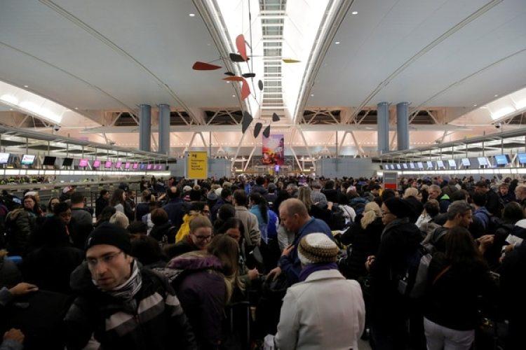 Una multitud de pasajeros esperaba en la zona del check in (REUTERS/Andrew Kelly)