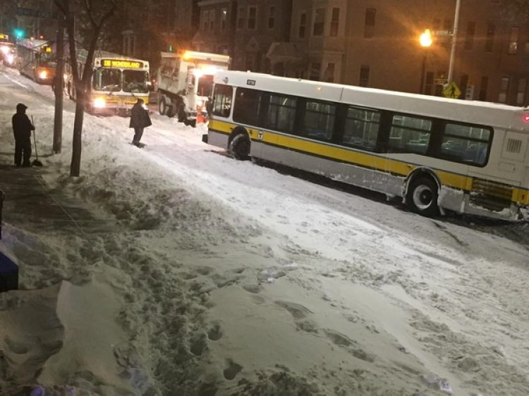 Un autobús cubierto de nieve en Boston (Karen Lyons Clauson/via REUTERS)
