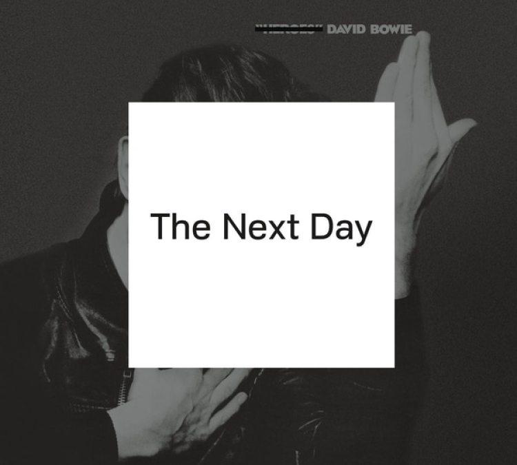 Portada de The Next Day, uno de los discos más completos del artista con la incorporación de Rock and roll de su infancia hasta el sonido experimental de sus últimos años como músico