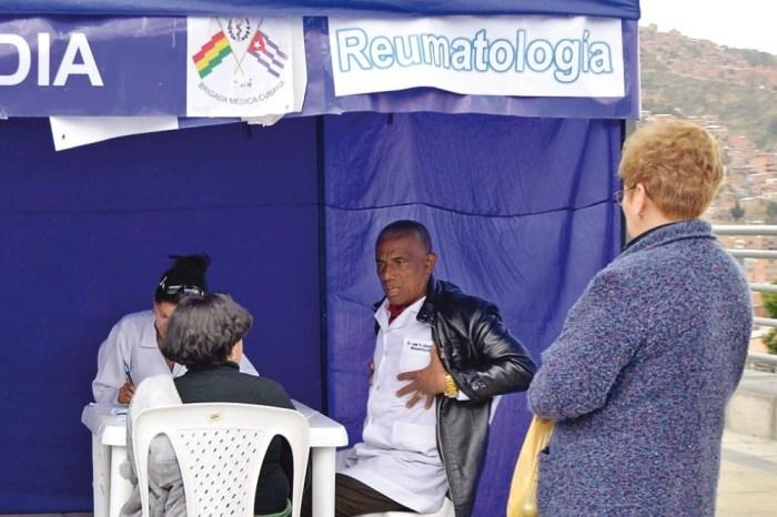 Galenos cubanos trabajan en Bolivia sin aval del CEUB ni del Colegio Médico