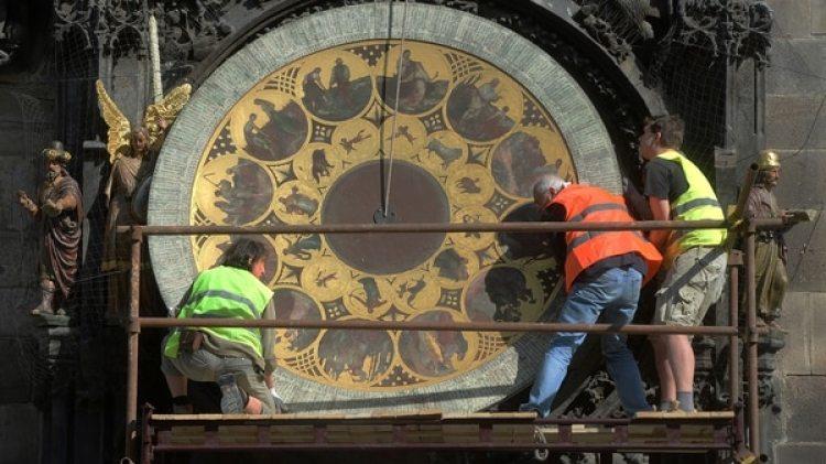 Aunque es de origen medieval, el reloj se ha ido modernizando con el paso de tiempo, y sigue siendo uno de los símbolos incuestionables de Praga (AFP)